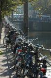 Fahrräder in Amsterdam stockfotos