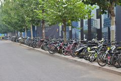 Fahrräder in 798 Art District in Peking Stockfotografie