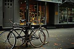 Fahrräder auf dem Bürgersteig stockfotos