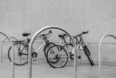Fahrräder auf dem Parkplatz Stockbild