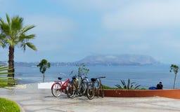 Fahrräder auf dem Standort für Miete, Lima, Peru stockbild