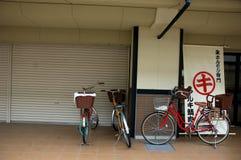 Fahrräder auf der Straße in Japan Stockfotos