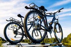 Fahrräder auf ein Auto gegen den Himmel Stockfotografie