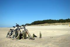 Fahrräder auf einem Strand Stockfoto