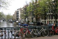 Fahrräder auf Kanal Lizenzfreie Stockbilder