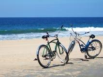 Fahrräder auf Strand stockfotos