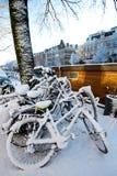 Fahrräder bedeckt im Schnee Stockfotos