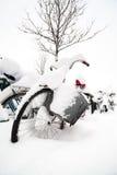 Fahrräder bedeckt im Schnee in Lund, Schweden Lizenzfreies Stockbild