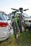 Fahrräder befestigt am Auto Lizenzfreies Stockfoto