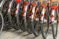 Fahrräder benutzt während des Fahrrades, das teilt, um die Stadt zu besichtigen, ohne zu parken Stockfotografie