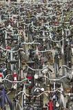 Fahrräder in Delft Stockfotos