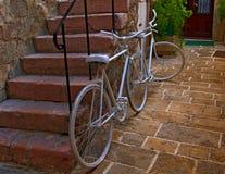 Fahrräder in der alten Stadt Lizenzfreie Stockfotografie