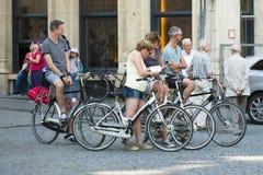 Fahrräder in der Straße Lizenzfreie Stockfotos