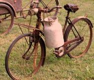 Fahrräder des alten Milchmannes mit Aluminiumtrommel Stockfoto