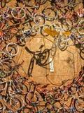 Fahrräder, die an der Zitadellenwand in Calvi in Korsika hängen Lizenzfreies Stockfoto