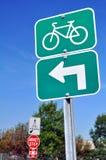 Fahrräder drehen linkes Zeichen Lizenzfreies Stockfoto
