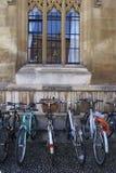 Fahrräder durch das Fenster in der Universität von Cambridge Lizenzfreies Stockfoto