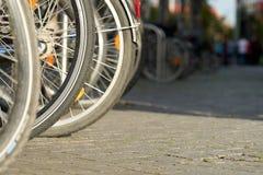 Fahrräder in einem Fahrradhalter in Leipzig lizenzfreies stockfoto