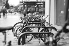 Fahrräder am Eingang zur Metrostation Lizenzfreie Stockbilder