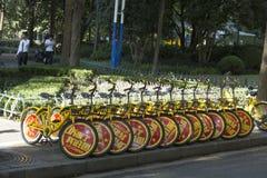 Fahrräder für das Teilen geparkt auf der Straße in Shanghai, China Stockfotos