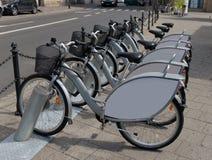 Fahrräder für Miete auf den Straßen Stockfotografie