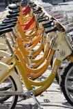 Fahrräder für Miete in Mailand, Italien Stockbild