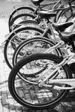 Fahrräder für Miete stehen in der Reihe auf Parkplatz Lizenzfreie Stockfotografie