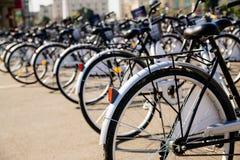 Fahrräder in Folge Stockfotos