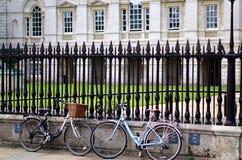 Fahrräder gegen Eisen-Geländer, Cambridge, Großbritannien Stockbild