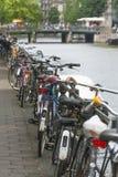 Fahrräder geparkt in Amsterdam Stockfotos