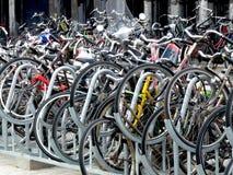 Fahrräder geparkt in den Niederlanden lizenzfreie stockfotos