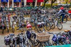 Fahrräder geparkt in der Mitte der alten Hanseatic Stadt von Zwolle in den Niederlanden stockbild
