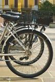 Fahrräder geparkt in der Reihe Stockfotos
