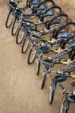 Fahrräder geparkt in einer Reihe Lizenzfreie Stockbilder