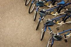 Fahrräder geparkt in einer Reihe Stockbilder