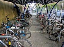 Fahrräder gespeichert im sicheren Käfig Stockfoto