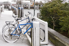Fahrräder im Schnee lizenzfreie stockfotos