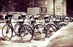 Fahrräder im Winter im Schnee auf der Straße lizenzfreies stockbild