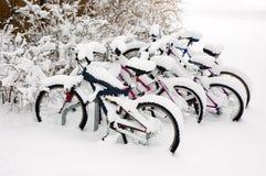 Fahrräder nach dem Schneesturm. Stockfoto