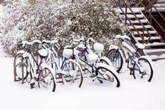 Fahrräder nach dem Schneesturm. Lizenzfreies Stockfoto