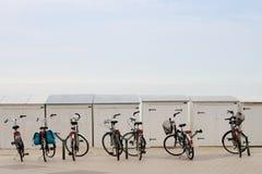 Fahrräder nahe dem Strand Stockbild
