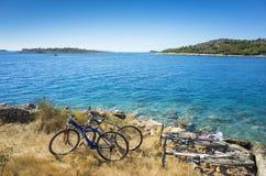 Fahrräder und adriatisches Meer Kroatien Europa Stockbilder