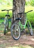 Fahrräder und Felder lizenzfreie stockfotos
