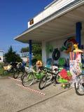 Fahrräder und Strand-Gammler Stockbild