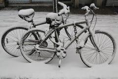 Fahrräder unter Schnee während des enormen Winters stürmen Thor lizenzfreie stockfotos