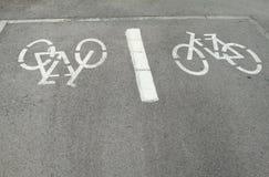 Fahrräder unterzeichnen herein den Boden Stockfoto