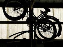 Fahrräder von der Vergangenheit stockbilder