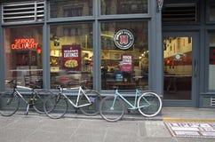Fahrräder vor Restaurant Stockfotografie