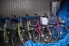 Fahrräder werden geparkt Stockbilder