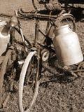 Fahrräder zum Transport von Milch im Behälter des Aluminiums stockbilder